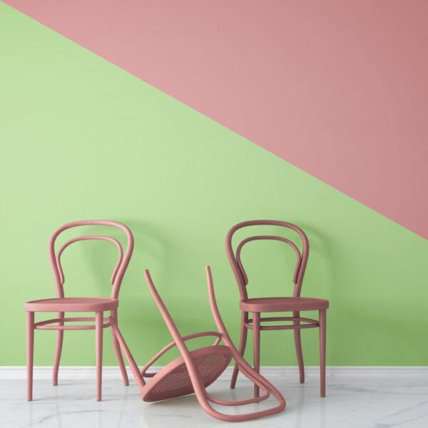 Rosa Sessel vor grün rosa Wand