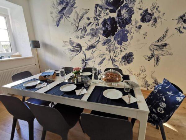 Esszimmer - Gedeckter Tisch vor Wand