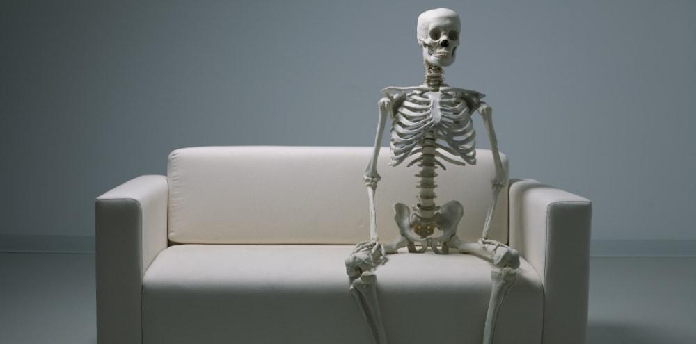 Skelett auf einem Sofa