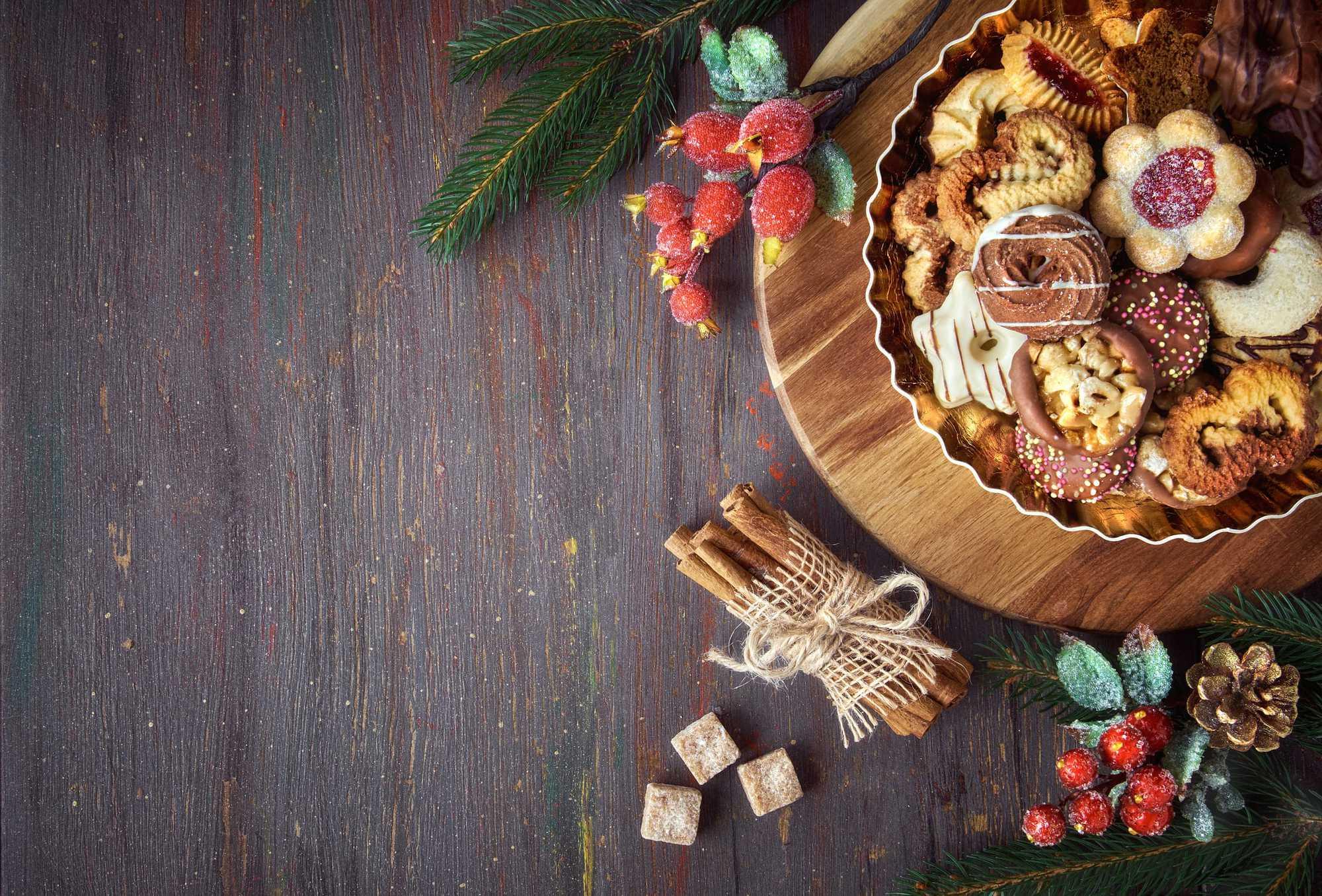 Weihnachtskekse auf Holzbrett