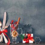 Gläser und Besteck für Weihnachtsessen